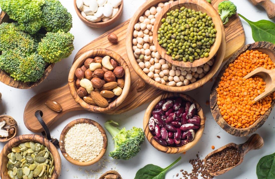 Verschiedene gesunde Zutaten in Tellern