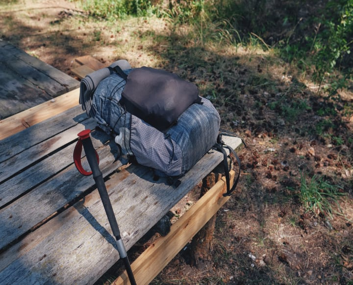 Gepackter Rucksack auf Holzbank